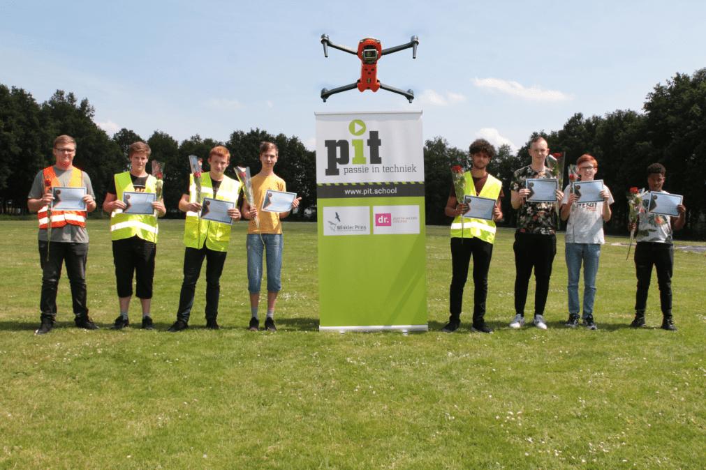 8 PrO leerlingen met certificaat van de drone opleiding