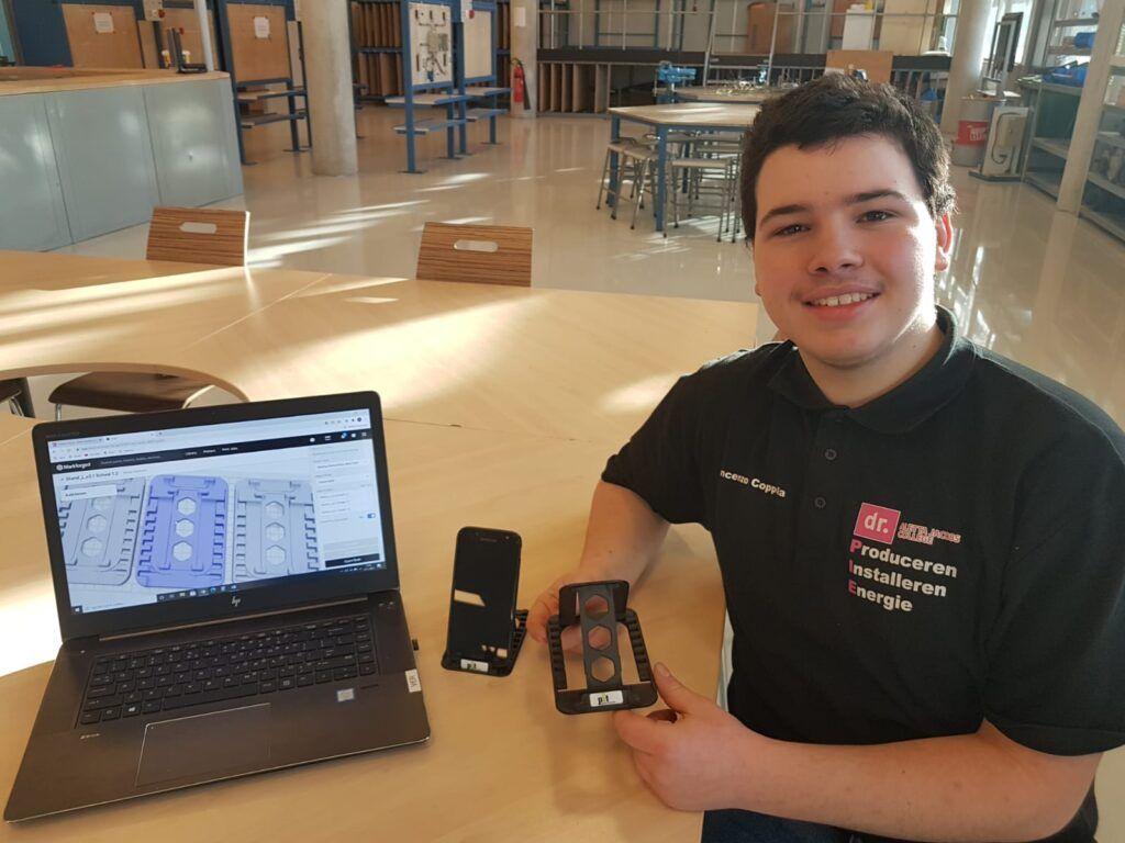 Vmbo-leerling van AJC toont zelfgemaakte telefoonhouder