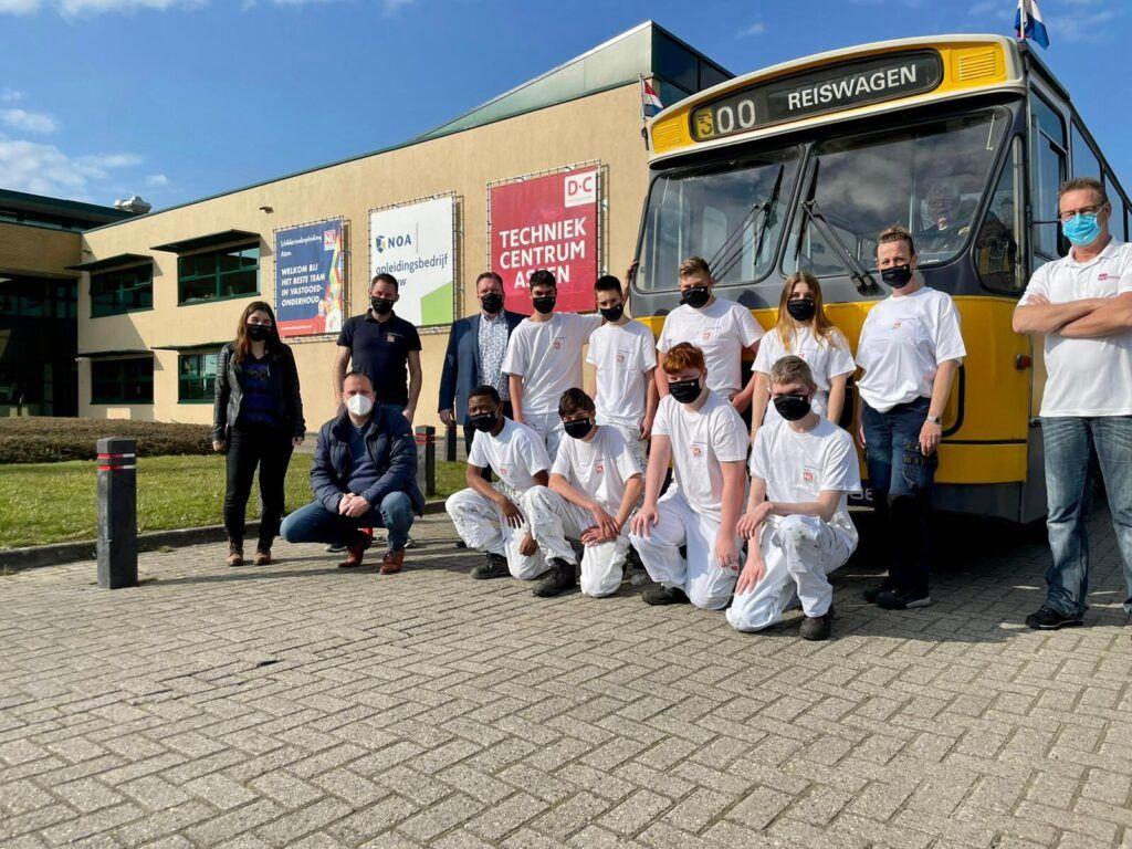Leerlingen op de foto voor het schildersproject + medewerkers van Sterk Techniekonderwijs en HSC